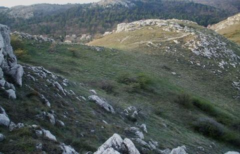 Kilátás az Odvas-hegy szikláiról a Csíki-hegyek irányába (Zeke Tamás)