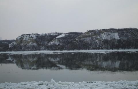 A Sánc-hegy a Dunával a túlpartról télen - Zeke Tamás
