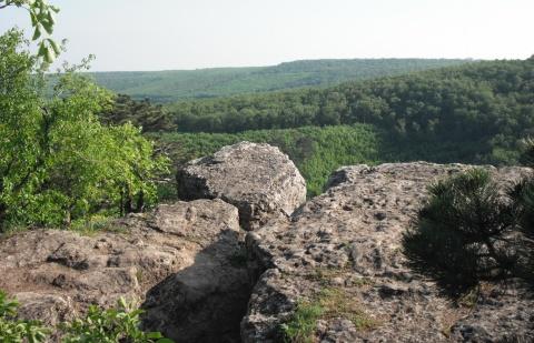 A  sziklák a Budai hegység felé nyújtanak kilátást -Zeke Tamás